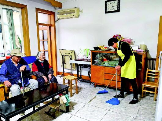 失能老人社区居家养老:有人陪聊有送餐,儿女很安心
