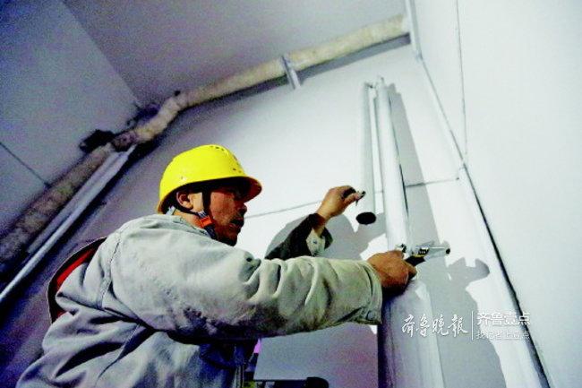 停电了咋还停暖?济南热电工作人员入户排气忙一夜