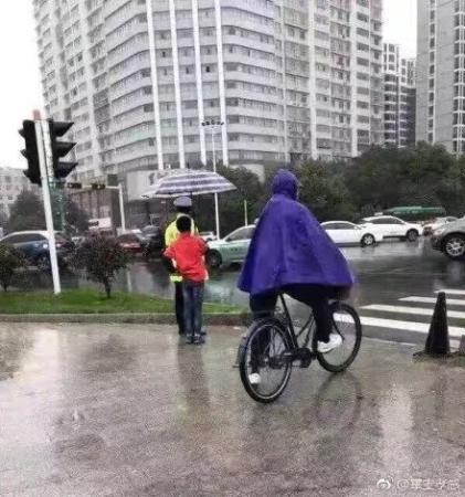 这位打伞的红衣少年,你真暖!
