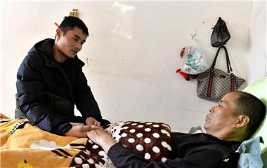 聊城小伙捐60%肝脏为父续命 30厘米伤疤诠释孝行