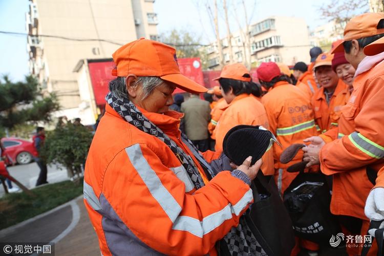 济南:摩登兄弟粉丝团为环卫工人送上温暖大礼包