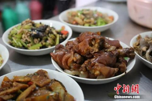 """石家庄一""""任性""""餐馆意外走红 禁止点餐吃啥自己端"""