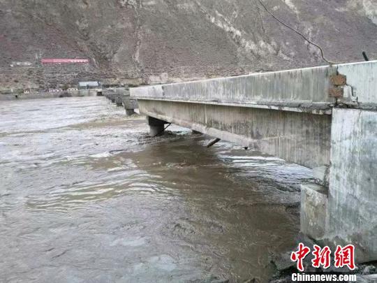 受损金沙江竹巴笼大桥开始架设钢面桥 预计月底完成