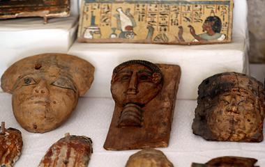 """埃及卢克索挖出新墓穴 考古学家现场""""开棺见尸"""""""
