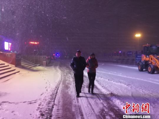 受降雪影响 乌鲁木齐国际机场滞留旅客5000余人