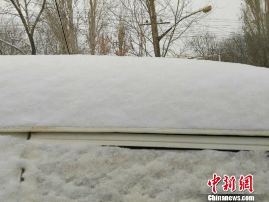 乌鲁木齐大风后迎降雪降温 积雪厚度超10厘米(图)