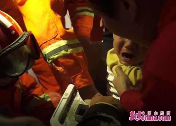 3岁小孩被卡洗衣机 济宁消防紧急救援