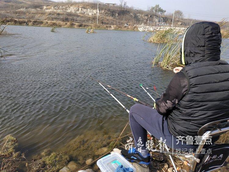济南玉符河上游,入冬仍有不少垂钓者