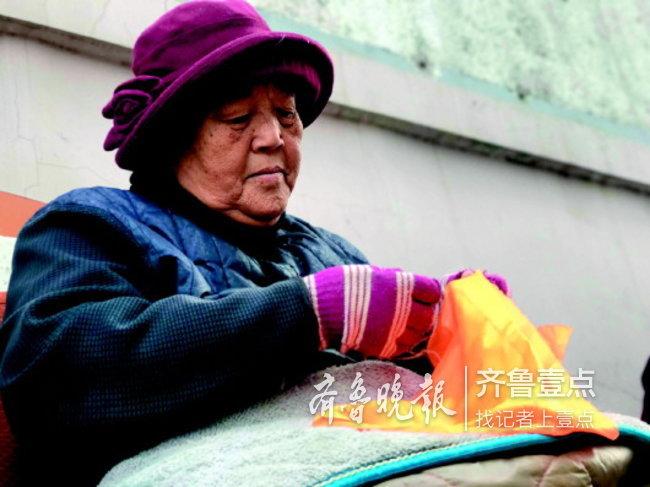 济南83岁老太太小区门口绣花,绣好的手绢送行人