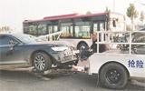 两车相撞一截护栏插入轿车内 两伤者已送医治疗