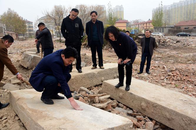2018年11月28日,在山东省茌平县粮食局家属院棚户区改造现场出土的明代文庙古碑。.jpg