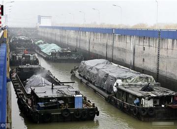 大雾锁航 京杭运河台儿庄段多艘船只等待过闸