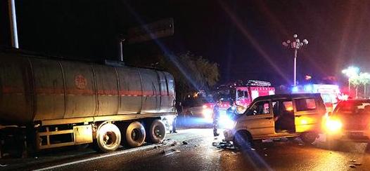 一面包车博山追尾载30吨沥青罐车 2人被救出