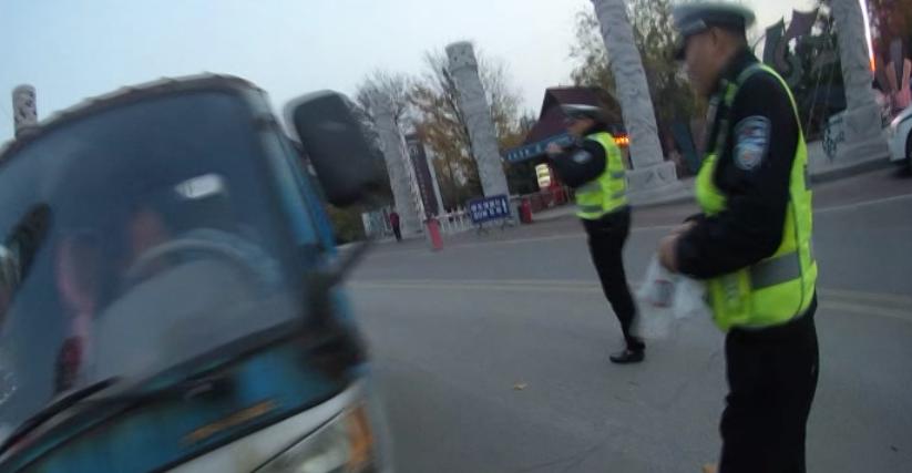 胆真肥!无证驾驶无牌三轮车载人上路被查