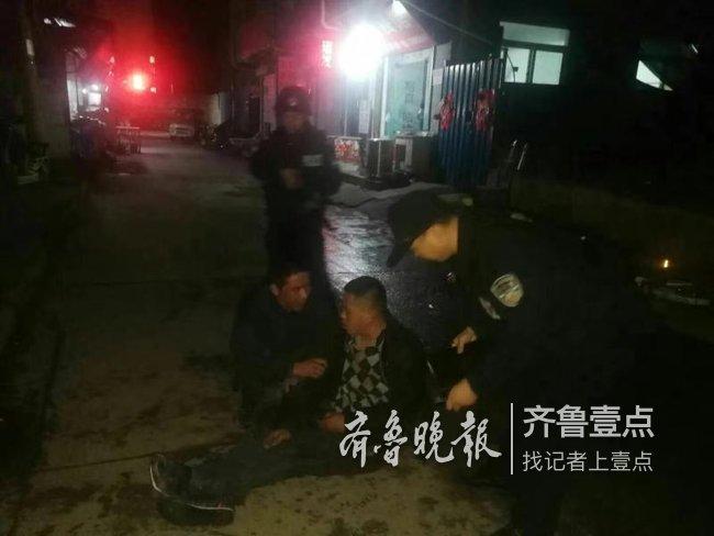一男子醉卧济南街头被民警救助,竟做出胜利手势