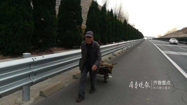 提心吊胆!高速公路上来了拾荒老人,交警无奈劝离