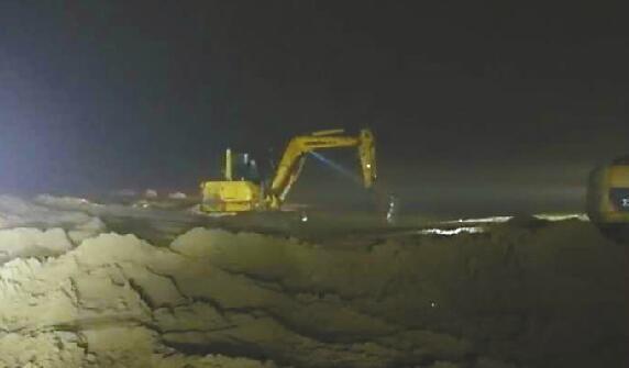 越野车黄河滩,50余辆车前后救援14小时成功将车拖出