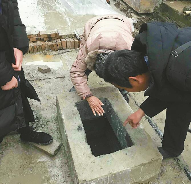 芙蓉街新泉引来一大拨游客 新泉保护方案预计明天出炉