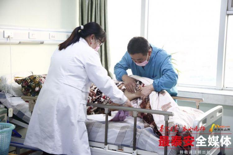 护理人员正在对病人进行护理