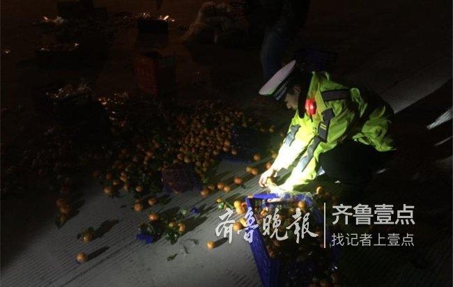 满车的橘子洒落高速公路,青岛交警帮忙捡了半小时