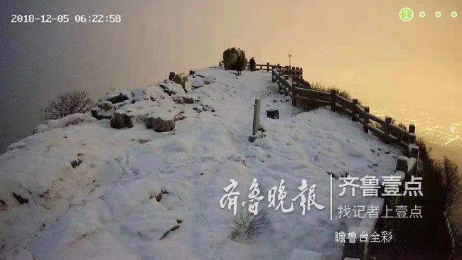 泰山之巅大雪纷飞!山顶一片银装素裹,美极了