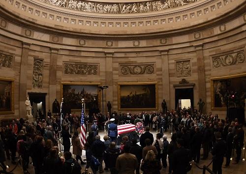 """境外媒体:老布什国丧在即,""""总统们""""集体互动成焦点"""