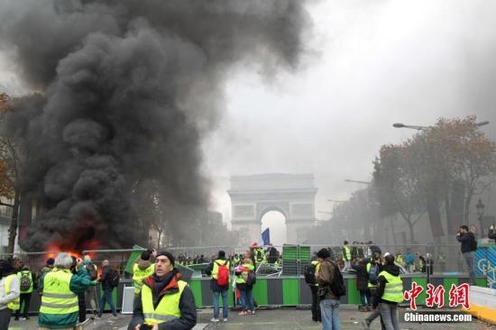 """法抗议者不满政府让步 称将继续""""黄背心""""运动"""