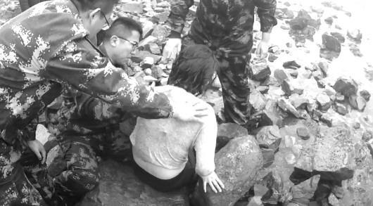 冰海救人冻僵了 多处划伤未觉疼 民警辅警海中抬出轻生女子