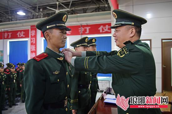 武警临沂片区新训大队举行2018年度新兵授衔仪式