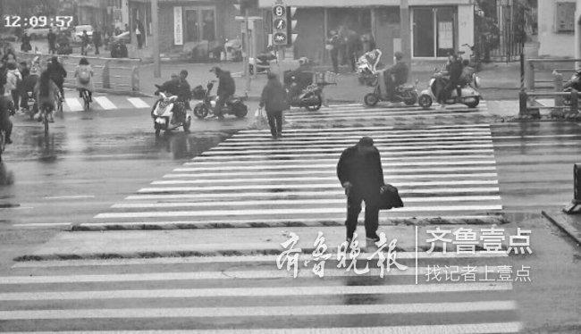 过路警车悄悄护送车流中的老人,热心市民寻找表谢意