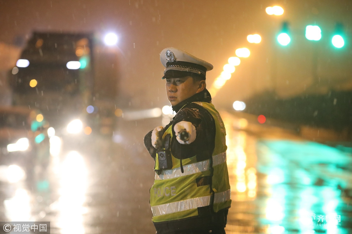 山东日照:交警雪中执勤保畅通