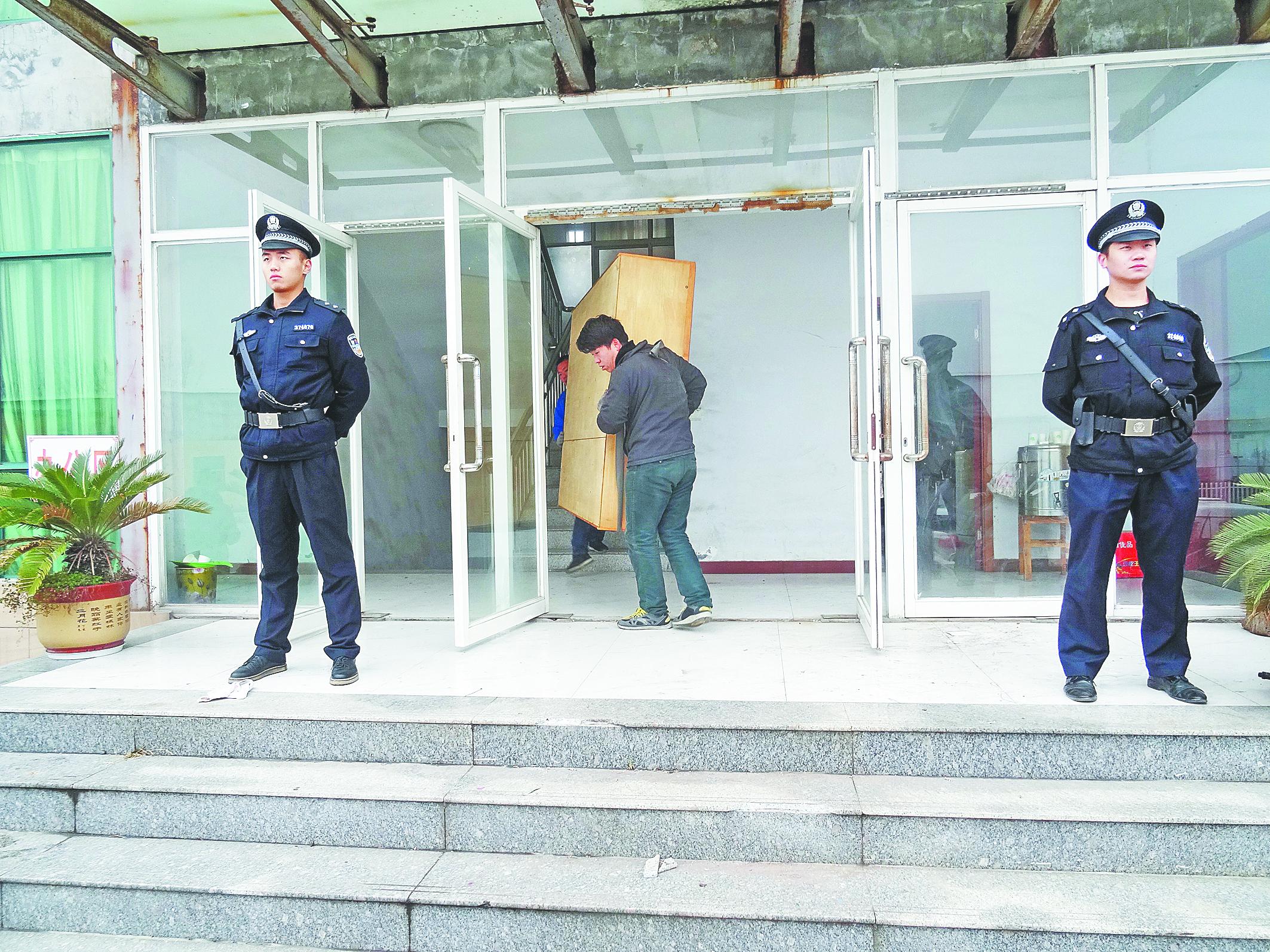 """厂房被拍卖""""老赖""""拒不迁出 淄川法院强制搬离"""