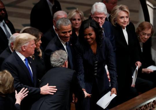 老布什葬礼温馨的一幕:小布什塞给米歇尔糖果
