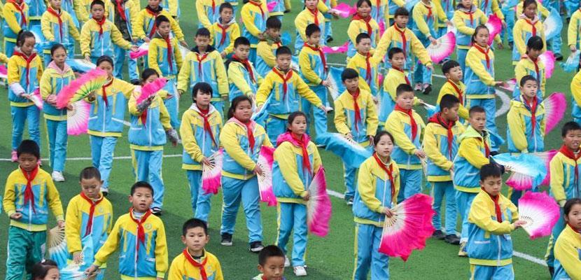 贵州一小学课间操融入土家花灯戏 手拿扇子舞步独特