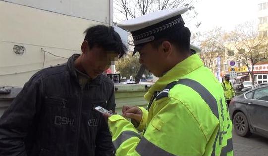 无证驾驶遇交警 周村一男子假装路人被识破