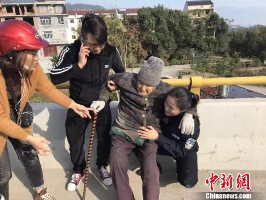 """浙江仙居一女警察跪地用身体为老太太支起""""暖椅"""""""