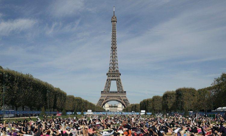 法部署近9万警力及装甲车对待周末抗议 埃菲尔铁塔等景点关闭