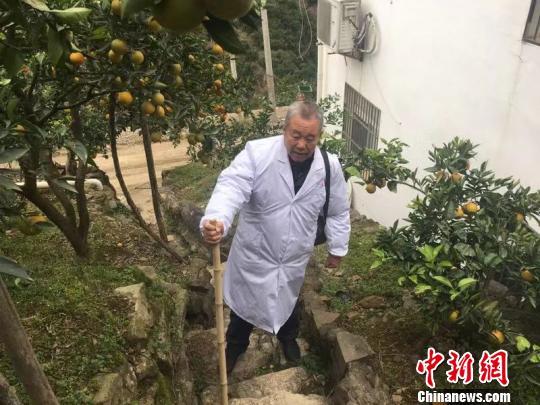 湖北秭归一村医徒步行医47载 每年磨坏5双鞋