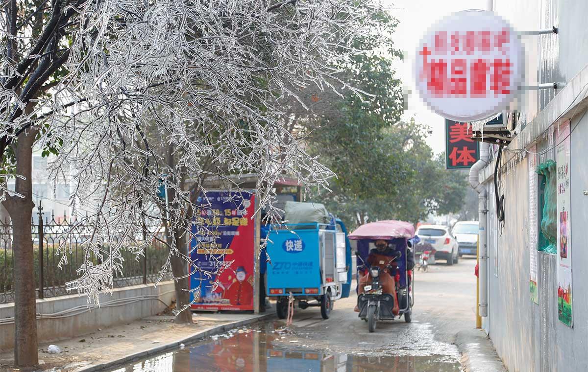 巧夺天工!菏泽一小区居民楼管道破裂形成冰凌景观
