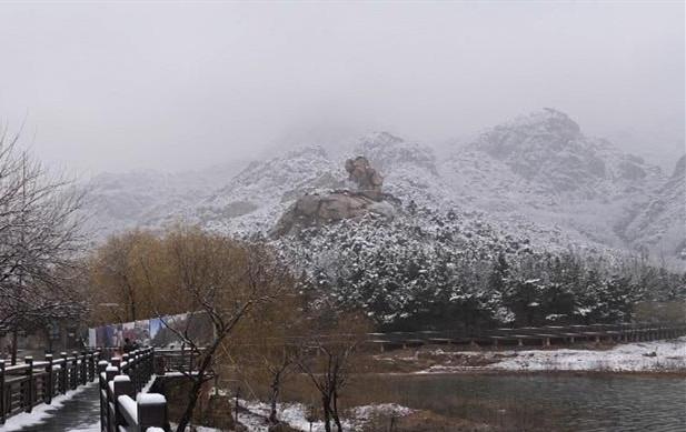 青岛大珠山奇石白雪相映成趣 美如国画