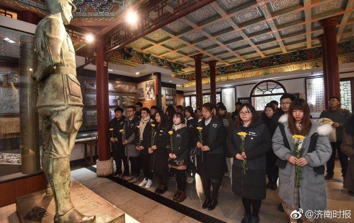 国家公祭日,山大寻访团在济南惨案纪念堂进行默哀