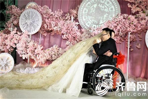 婚礼上新娘和新郎拥抱。