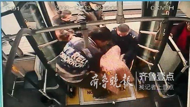暖闻|济南老人乘轮椅上公交,众人七手八脚上来帮忙