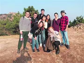 老人坠坑青大10名留学生相助 一路护送老人安全下山