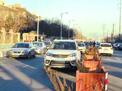 北京一条路修好4月没通车 道路成了停车场