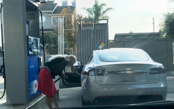 外国女子开电动车去加油 手足无措把油枪放充电孔