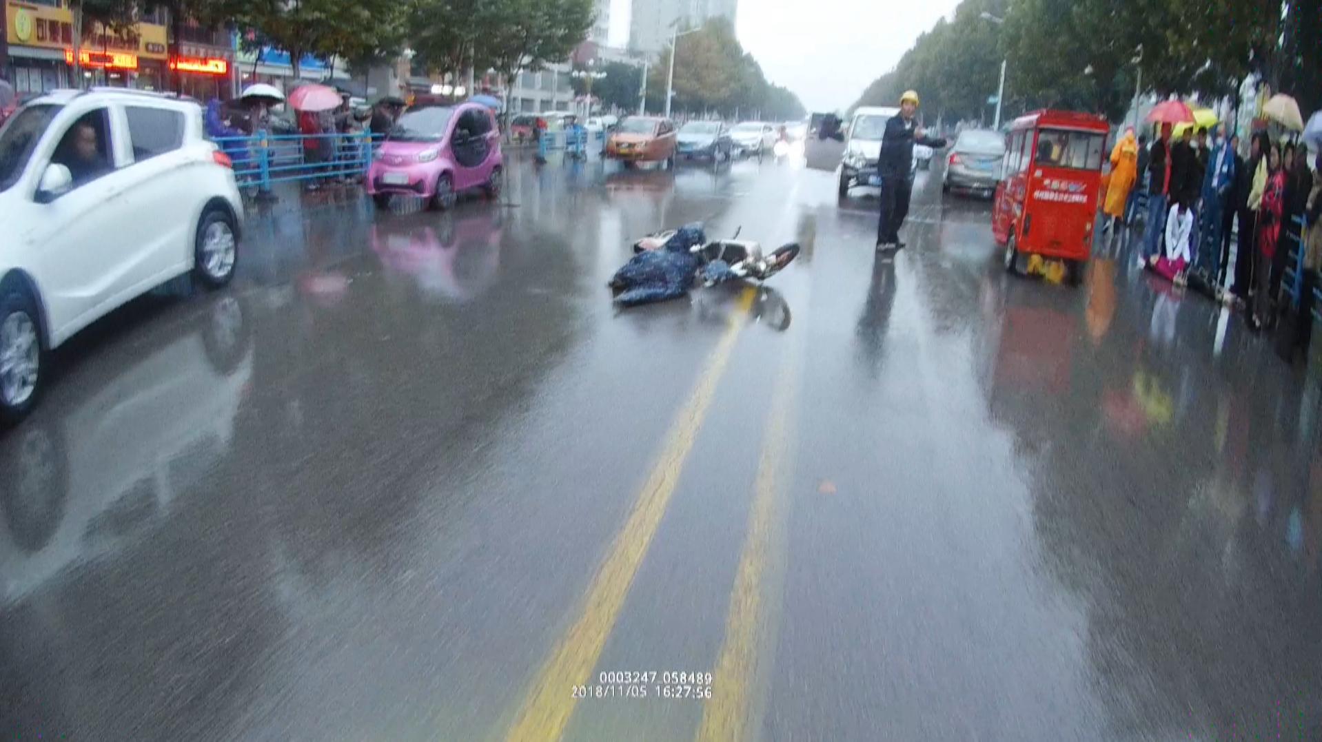 酒驾!面包车撞摩托车 一死一伤酿惨剧