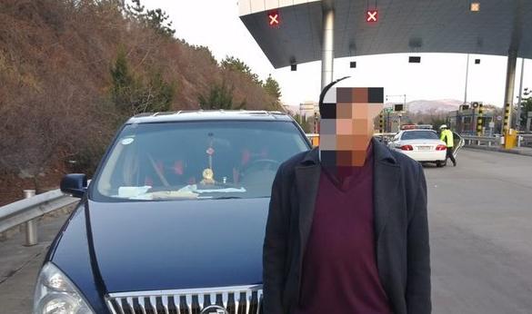 自作聪明!无证男子高速上替侄女驾车 双双被罚