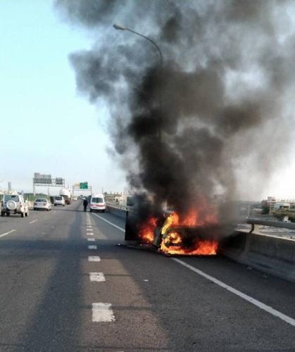台湾彰化火烧车事故致1伤 现场浓浓黑烟冲天