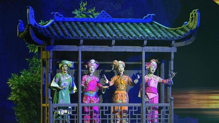 湖北民族风情歌舞诗《龙船调的故乡》首演